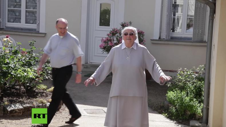 """Diese Nonne begeistert die Netzgemeinde, denn sie """"schwebt"""" anstatt zu laufen"""