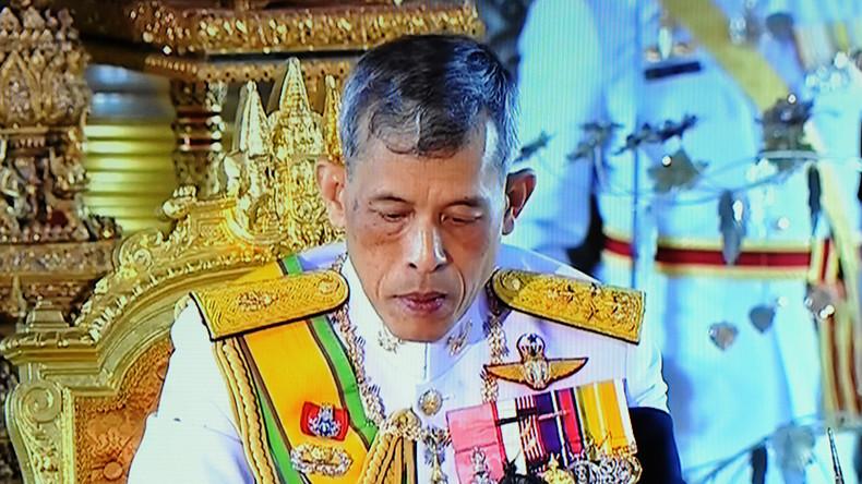 Jungen schießen mit Spielzeugpistole auf Thai-König