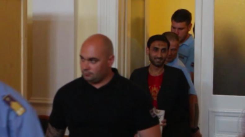 71 Menschen erstickten qualvoll in Transporter – Hauptverdächtiger betritt grinsend den Gerichtssaal