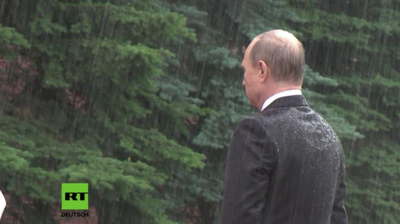 Gedenken an Überfall auf Sowjetunion durch Nazis: Putin erweist seine Ehre im strömenden Regen