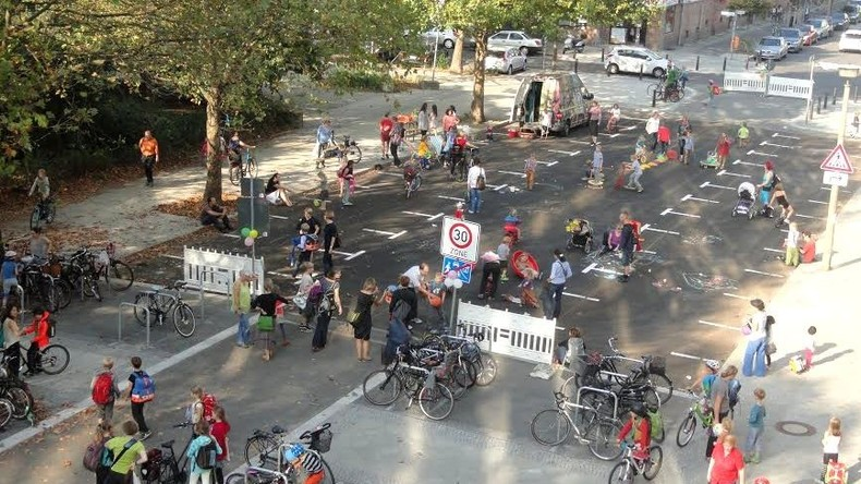 Kinder bekommen Straße in Berlin sechsmal im Jahr zum Spielen