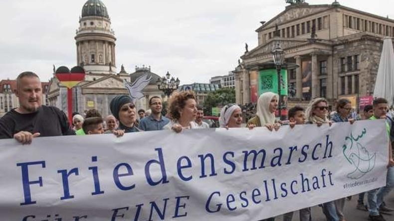 Friedensmarsch von Muslimen in Berlin - Rund 100 Teilnehmer