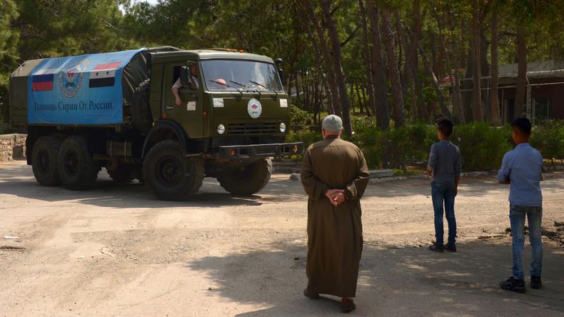 Russische Militärs verteilen Nahrungsmittel unter Dorfbewohnern in Latakia