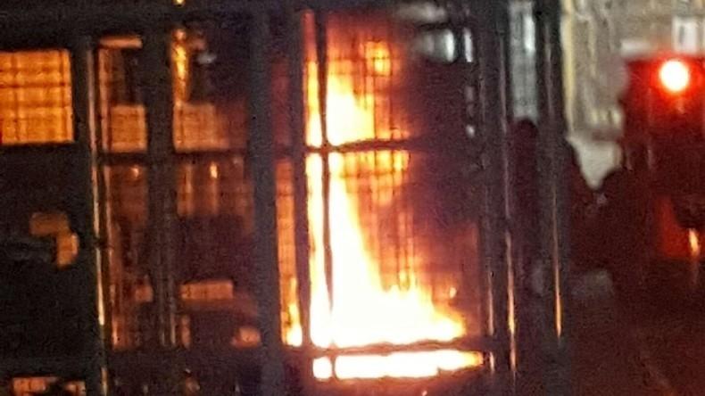 Nach Scheitern von Verhandlungen: Französische Arbeiter legen vor Wut Brand auf Fabriksgelände