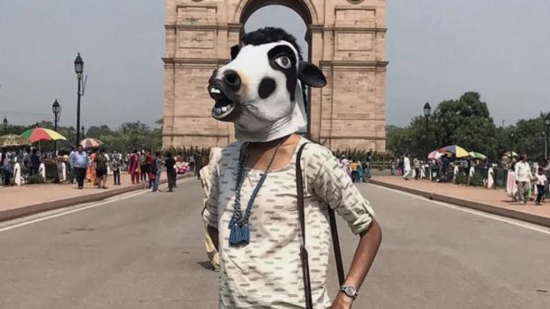 Protest gegen Vergewaltigungen - Indischer Künstler fotografiert Frauen mit Kuhmaske