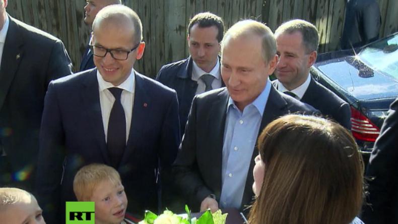 Wie im TV versprochen - Putin besucht Familie in maroder Unterkunft und hat Überraschungen im Gepäck