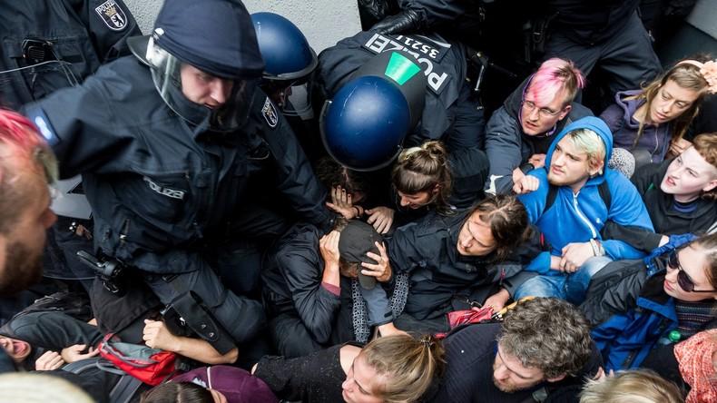 Unter Strom: Polizei räumt Kiezladen Friedel54 in Berlin-Neukölln