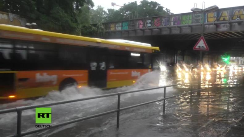 Land unter in Berlin: Dauerregen und Ausnahmezustand gehen weiter - Hier sind die besten Videos