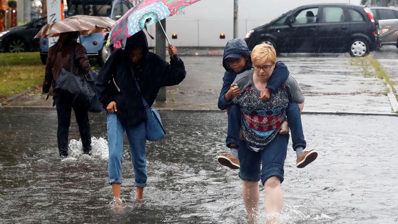 Ausnahmezustand in Berlin - Regenflut bringt Feuerwehr an ihre Grenzen