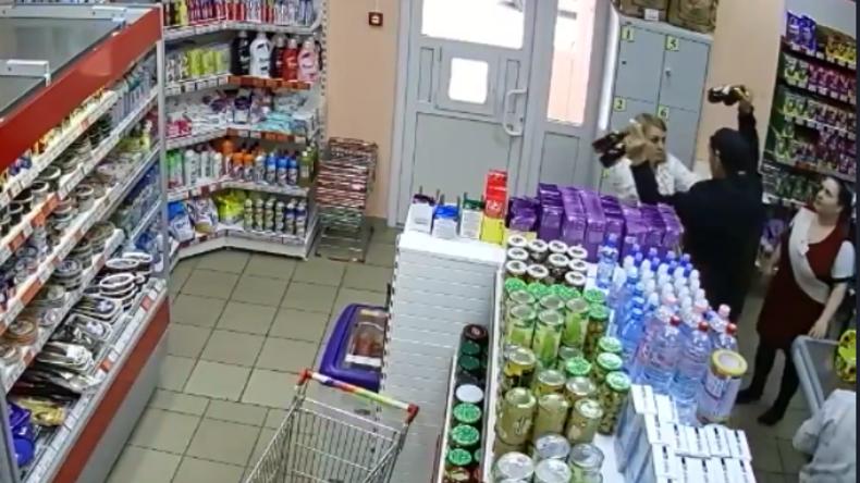 """""""Du kommst hier nicht raus"""" - Alkoholdiebe scheitern an russischen Kassiererinnen"""
