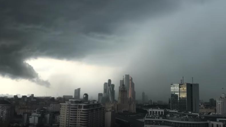 Starkes Unwetter überrumpelt Moskau – der heftigste Sturm seit über 50 Jahren [Fotos und Videos]