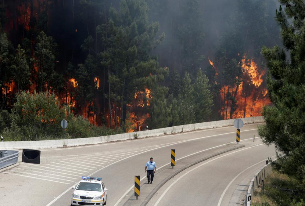 """Mindestens 18 Menschen wurden in ihren Autos """"verbrannt"""", während mehrere weitere an einer Rauchvergiftung starben, erklärte der portugiesische Staatssekretär für innere Angelegenheiten Jorge Gomes."""