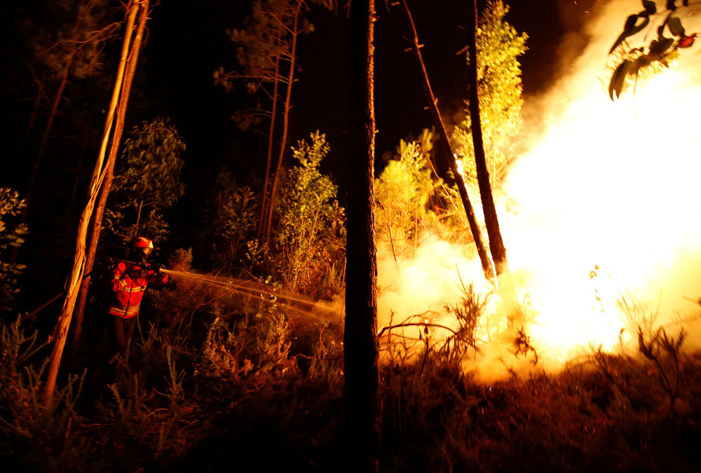 Etwa 600 Feuerwehrleute versuchen seit Samstag, die Feuer im Zentrum Portugals zu löschen. Mindestens sechs von ihnen wurden dabei verletzt.