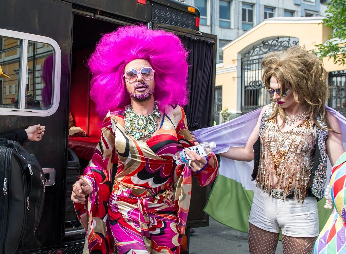Gay Pride auf Ukrainisch: LGBT-Marsch hinter Polizeikordon in Kiew