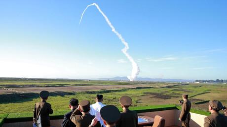 Der nordkoreanische Führer Kim Jong-un beobachtet den Test eines Flugabwehrraketensystems.
