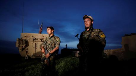 Kurdische YPG-Kämpfer neben einem US-Militärfahrzeug in der syrischen Stadt Darbasiya, 28. April 2017.