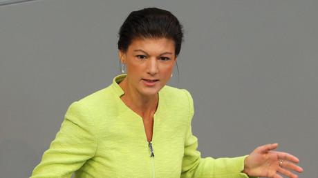Mit deutlichen Worten kritisiert die Fraktionschefin der Linken im Bundestag, Sarah Wagenknecht, die Gesetzespläne zur Reform des Autobahnwesens.