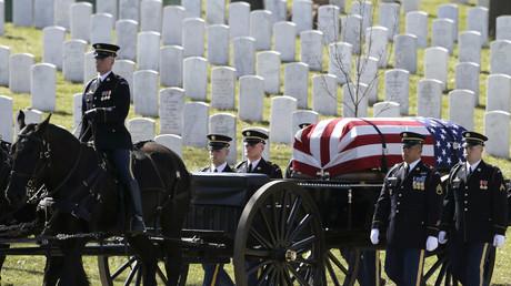 Auf dem Nationalfriedhof in Arlington wird ein US-Soldat zu Grabe getragen. Im Krieg  in Afghanistan wurden bereits über 2.000 US-Soldaten getötet. Nicht nur deshalb drängt sich die Frage auf, was der Einsatz gebracht hat.