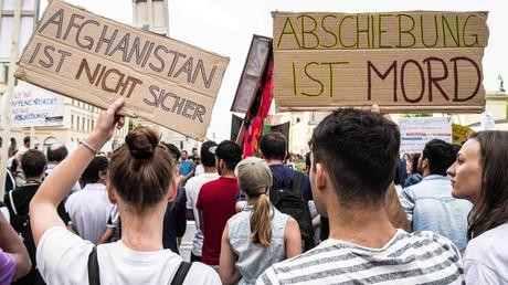 Proteste am Odeonsplatz in München gegen die Abschiebungen nach Afghanistan am 31. Bis zu 350 Demonstranten nahmen am 31. Mai an der Kundgebung teil.