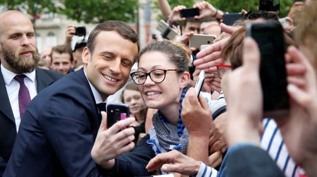Der französische Präsident Emmanuel Macron posiert mit Anhängern, Paris, Frankreich, 3. Juni 2017.