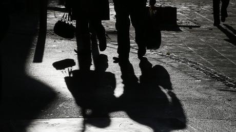 Laut Oxfam unterhalten 90 Prozent der 200 weltgrößten Konzerne Filialen in Steueroasen. Durch die dunklen Geschäfte verlören arme Länder mindestens 100 Milliarden Dollar pro Jahr.