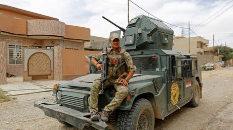 Ein Mitglied der irakischen Emergency Response Division posiert für ein Foto in Mossul. Angehörige der von den USA unterstützten Einheit sollen Gefangene zu Tode gefoltert haben.