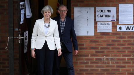 Die britische Premierministerin Theresa May mit ihrem Ehemann Philip nach Abgabe ihrer Stimme in Sonning, Großbritannien.