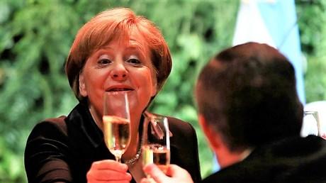 Während Merkel in Buenos Aires auch auf die Kultur und die Geschichte anstößt, freut sich besonders die Konzernelite über den Besuch aus Deutschland