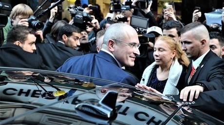 Ankunft des russischen Öl-Magnats Michail Chodorkowski zu seiner Pressekonferenz nach seiner Freilassung im Mauermuseum am 22. Dezember 2013.