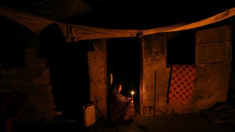 Stromausfall: Eine Palästinenserin leuchtet ihr Heim im Gazastreifen mit einer Kerze aus.