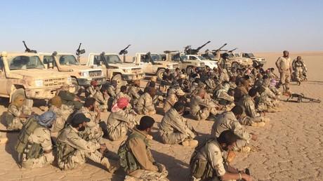 FSA-Kämpfer in al Tanf-Region, die von den USA unterstützt werden, bei einer Lagebesprechung. Bildquelle: Adi Smajic