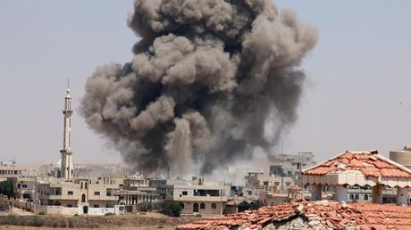 Nach einem Bombenangriff steigt Rauch über einen von Rebellen gehaltenen Stadt auf, Deraa, Syrien, 15. Juni 2017.