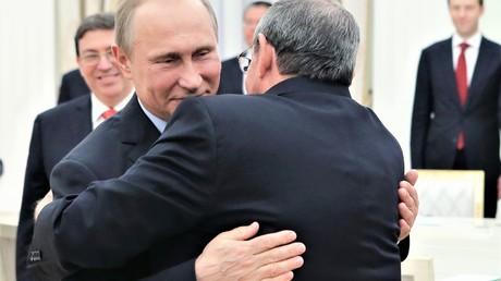 Der russische Präsident Wladimir Putin und der Präsident des kubanischen Staats- und Ministerrates Raúl Castro während ihres Treffen am 7. Mai 2015 im Moskauer Kreml.