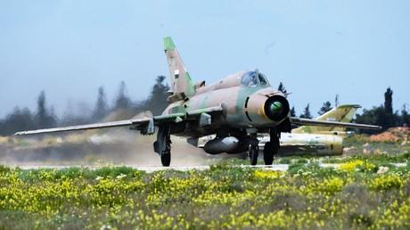 Der Kampfjet der syrischen Luftstreitkräfte MIG 21 startet seinen Einsatz am 8. April 2017 von der Luftwaffenbasis Schairat. Am 7. April wurde sie mit US-amerikanischen Tomahawk-Raketen beschossen.