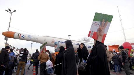Iranische Raketen werden zu Ehren der 37. Jubiläums der Iranischen Revolution in Teheran präsentiert, Iran, 11. Februar 2016.