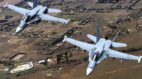 Symbolbild: Zwei australische FA-18 Hornets im Trainingsflug über Melbourne