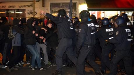 Zwischen der Polizei und Angehörigen der linken Szene kommt es immer wieder bei Demonstrationen zu gewaltsamen Auseinandersetzungen. Anschläge auf Bahnanlagen lehnen aber auch viele Autonome ab.