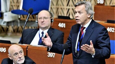 Alexej Puschkow tritt am 26. Januar 2015 vor die Parlamentarische Versammlung des Europarates. Dies sei ein sehr seltsames Gremium, weil es auf einem Auge blind und auf einem Ohr taub sei, urteilte Puschkow während des Treffens in Berlin. Seit zwei Jahren nimmt Russland an den Sitzungen nicht teil.