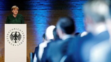 Die Bundesregierung für weitere Befugnisse der Behörden aus, auch entgegen der Warnung von Sachverständigen. Symbolbild: Bundeskanzlerin Merkel zum 60. Jahrestag der Gründung der Deutschen Geheimdienste (BND)