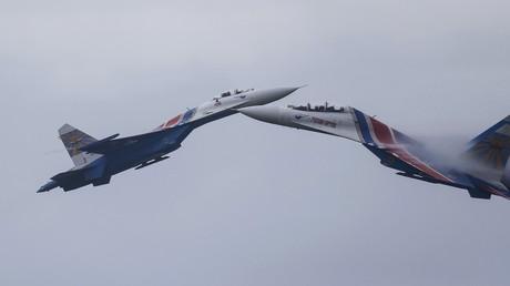 Russische SU-27 Jagdflugzeuge während einer Flugshow in Alabino, Moskau, Russland, 1.August 2015.