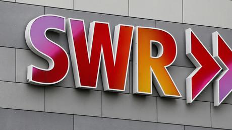 Das Logo des SWR am Eingang des SWR-Hauptsitzes