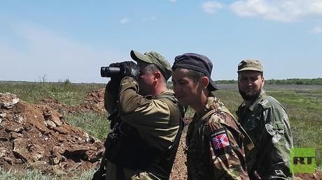 Ausschau nach dem Feind: Kämpfer der Volksrepublik Donezk an der Frontlinie.
