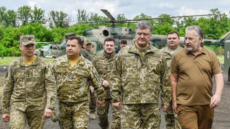 Der ukrainische Präsident Petro Poroschenko (zweiter von rechts) bei einem Frontbesuch in der Region um Donezk am 14. Juni 2017.