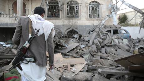Ein Mann besichtigt die Schäden an einem Haus, das nach einem saudischen Luftangriff zerstört wurde, Sanaa, 9. Juni 2017.