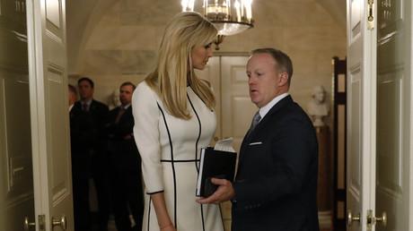 Die Beraterin des Weißen Hauses und Tochter des Präsidenten, Ivanka Trump, im Gespräch mit dem Pressesprecher Sean Spicer, 14. Juni 2017.