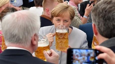 Trinken für Europa: In Bayern ist dies gute Tradition, hier mit Horst Seehofer und Bundeskanzlerin Angela Merkel bei der Truderinger Festwoche in München, 28. Mai 2017.