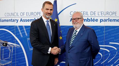 Der spanische König Felipe (l.) begrüßt den Präsidenten des Europarates, Pedro Agramunt (r.), anlässlich einer Sitzung des Europarates in Straßburg, 27. April 2017.