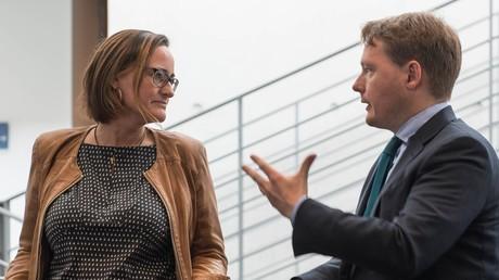 Martina Renner, Ausschuss-Obfrau der Linkspartei und Christian Flisek, Ausschuss-Obmann der SPD, diskutieren am Rande des NSA-Untersuchungsausschuss, 28. April 2016.