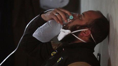 Ein Mitarbeiter der mit Al-Kaida kooperierenden Weißhelme atmet durch eine Sauerstoffmaske. Der Mann soll zuvor mit Giftgas in Kontakt gekommen sein, das die syrische Luftwaffe am 4. April in Chan Scheichun eingesetzt haben soll.