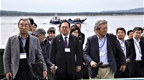 Die erste japanische Großdelegation überhaupt ist am Dienstag auf Kurilen-Inseln angetroffen. Ein politischer Vorstoß soll der Besuch jedoch nicht sein. Japan erhebt Gebietsansprüche auf Teile der Inselgruppe.